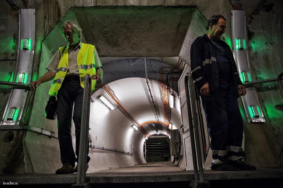 A két alagutat néhány száz méterenként menekítőjáratok kötik össze, ha az egyik alagútban történne valami, a metróról leterelt emberek ezeken keresztül tudnának átmenni a másik járatba. Ezekben a menekítőjáratokban ajtók is vannak, amik nem engedik át a füstöt az egyik alagútból a másikba.