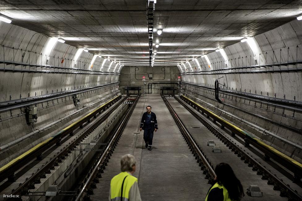 Ez a titkos atombunkernek kinéző valami a kelenföldi kihúzó, itt is parkolhatnak ideiglenesen a metrószerelvények, a hátsó falon túl épülhetne majd a 4-es metró folytatása. Ebben a visszhangzó teremben lehetett leginkább érezni azt a rengeteg földet, ami felettünk volt.