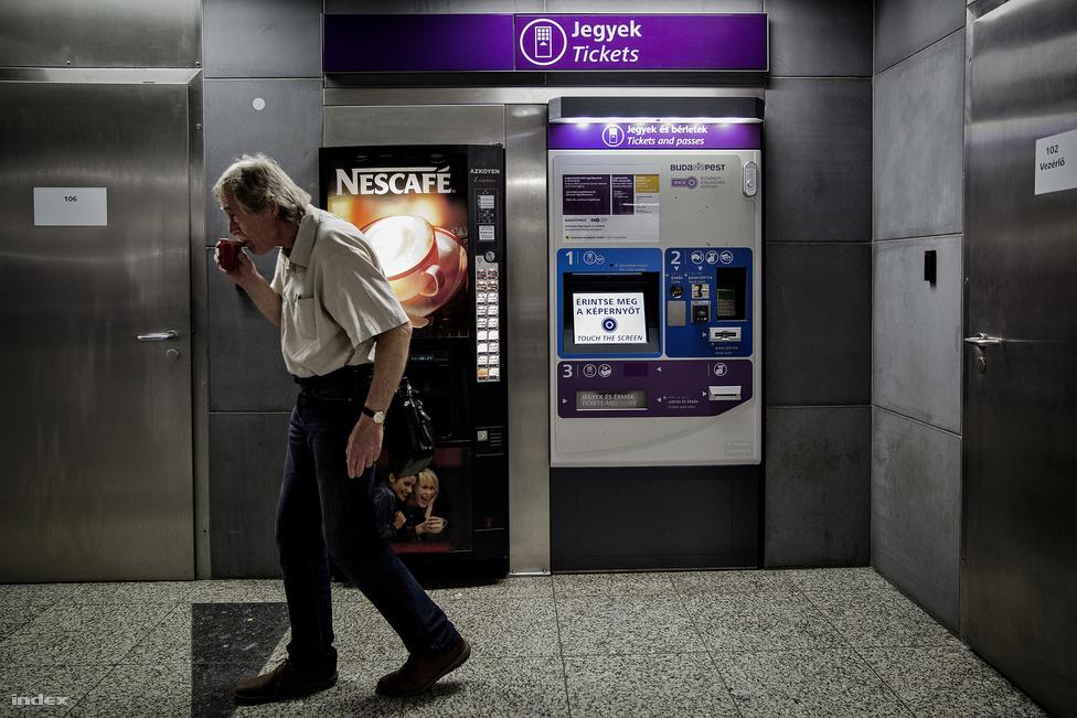 Hosszú műszakok vannak a metróban, a diszpécserek 12 órás váltásokban dolgoznak, a középvezetők pedig néha még ennél is tovább vannak ébren. A képen szereplő BKV-s majdnem 24 órája volt talpon, amikor körbevezetett minket.