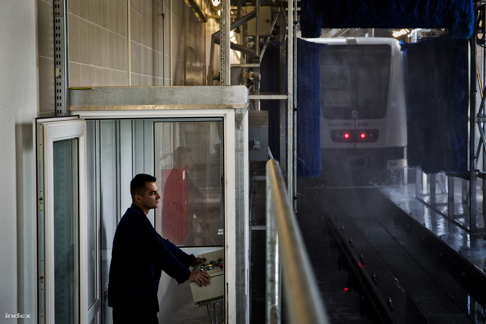 A vonatokat kívül és belül is takarítják, olyan ez a hosszú terem, mint egy nagy autómosó. A vonatok belsejét a járműtárolóban, a garázsban takarítják.