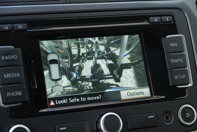 Mivel a Volkswagen Can-bus rendszerű elektromos hálózattal készült, ahol az egyes áramköri elemek kommunikálnak is egymással, felismerte, hogy van valami a vonóhorgon és nem óbégatott a tolatóradar. A szenzorok nem működnek, de a kamera képe így is sokat segít a tolatásnál