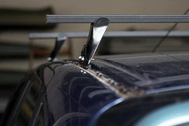 A régi Renault Mégane Scénic tetején műanyaglécek fedik a csomagtartórögzítési-pontokat. A felszerelés egyszerű csavarozásból áll, mármint miután megtaláltuk az ehhez az autóhoz való konzolt