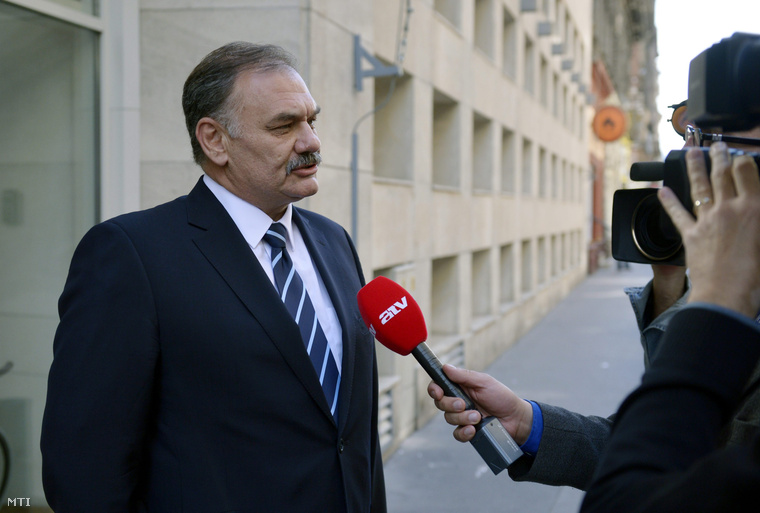 Az MSZP budapesti párttanácsának ülésére érkező Hiszékeny Dezső országgyűlési képviselő egy tévéstábnak nyilatkozik a párt Jókai utcai székháza előtt 2014. május 29-én.