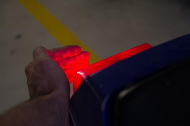Az első fék kapcsolóját kézrátétellel lehet ellenőrizni