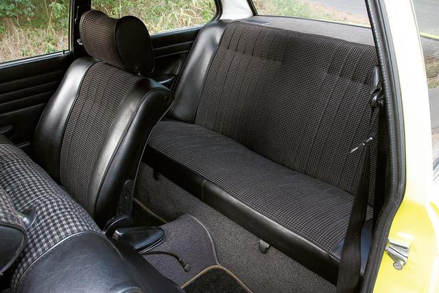 Két, átlagos magasságú embernek kényelmes a kagylósított hátsó ülésen utazni