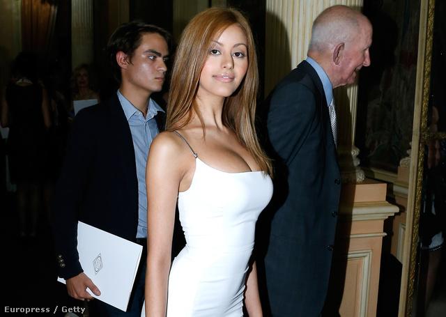 Zehia Dehar a Versace divatház bemutatóján a párizsi haute couture divathéten