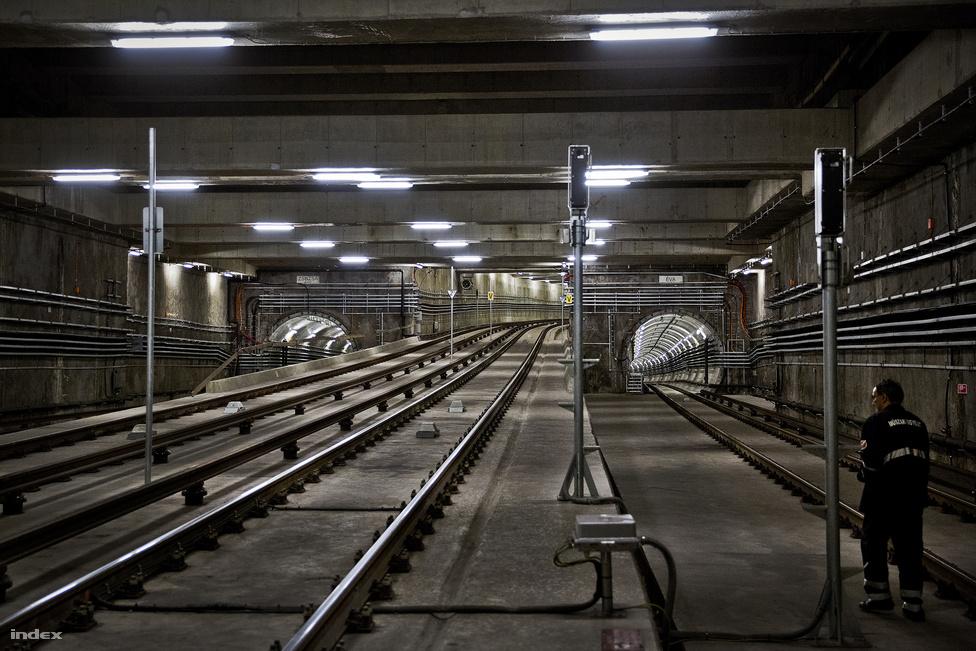 """A kelenföldi végállomás és a Bikás park között van a járműtelep és a garázsok felé vezető kijárat. A két alagutat """"Évának"""" és """"Zsuzsának"""" nevezték el, de a gyakorlatban nem ezeken a női neveken, hanem jobb és bal vágányként hivatkoznak rájuk. Itt láttunk először vízbefolyást a metróban, de ez a vonal összehasonlíthatatlanul tisztább és jobb állapotú, mint a 3-as, ahol patakokban folyik be a víz a sínek közé"""
