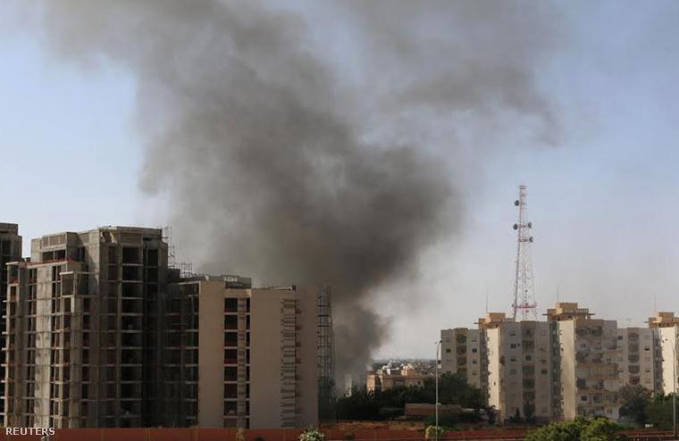 Füst száll fel a repülőtérről a heves összecsapásokat követően Tripoliban