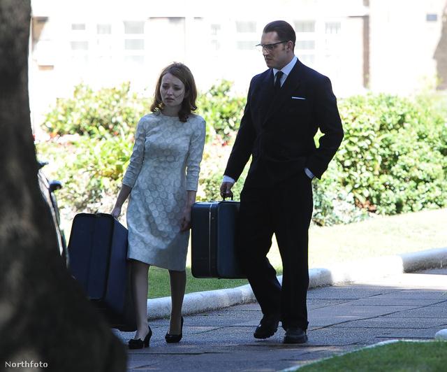 Tom Hardy Emily Browninggal öltönyben forgatja a Legend című filmet Londonban