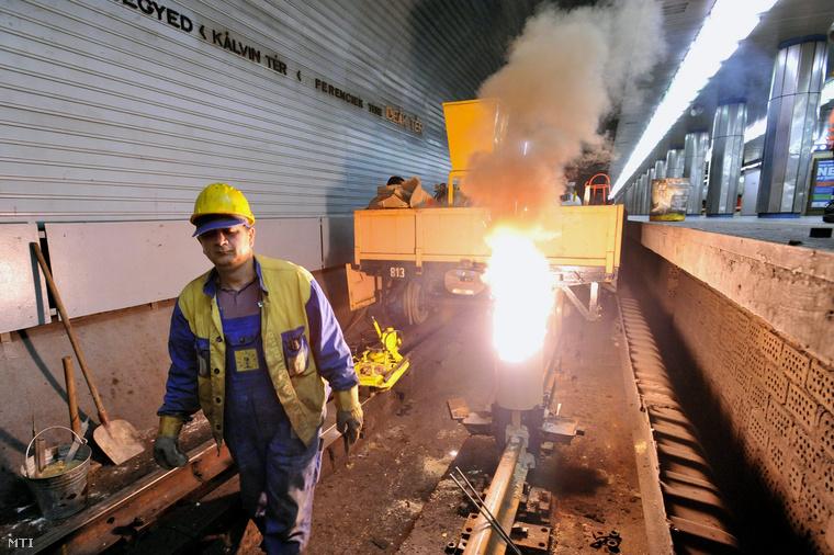 A MÁV Thermit Kft. szakemberei a hegesztőformára felhelyezett előre gyártott anyagkeveréket begyújtva végzik két sín összehegesztését a Deák téri metróállomáson 2013. február 13-án. A Budapesti Közlekedési Központ (BKK) és a Budapesti Közlekedési Vállalat (BKV) megkezdte a 3-as metró sínjeinek cseréjét.