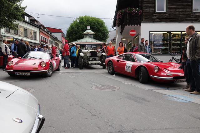 Van olyan, hogy az ember jobbra is, balra is Dinót lát, Pár éve ezek a kis hathengeresek - amiken hivatalosan még Ferrari-embléma sincs - nem voltak túl drágák, de felkapta őket a recesszió, most biztonsággal többet érnek, mint egy új 458 Italia
