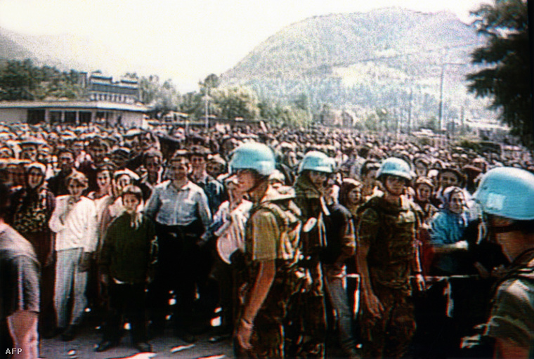 Holland ENSZ békefenntartók és muszlim menekültek srebrenicától Északra (1994.)