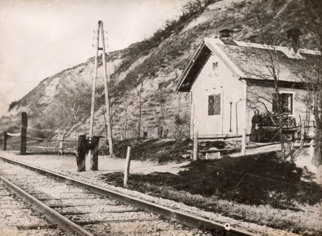 1890 körül: A fonyódi 103. számú vasúti őrház (helyén ma a bélatelepi vasútállomás épülete), előtte a vasúti sín, háttérben a Várhegy.