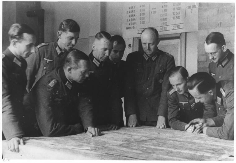 Hartmann Graf von Matuschka (b1), Berndt von Kleist (b2), Georg Schulze Buettger(b3), Henning von Tresckow (b5), Fabian von Schlabrendorff (b6) egy megbeszélésen. Tresckow volt az ellenállás egyik legfőbb embere.