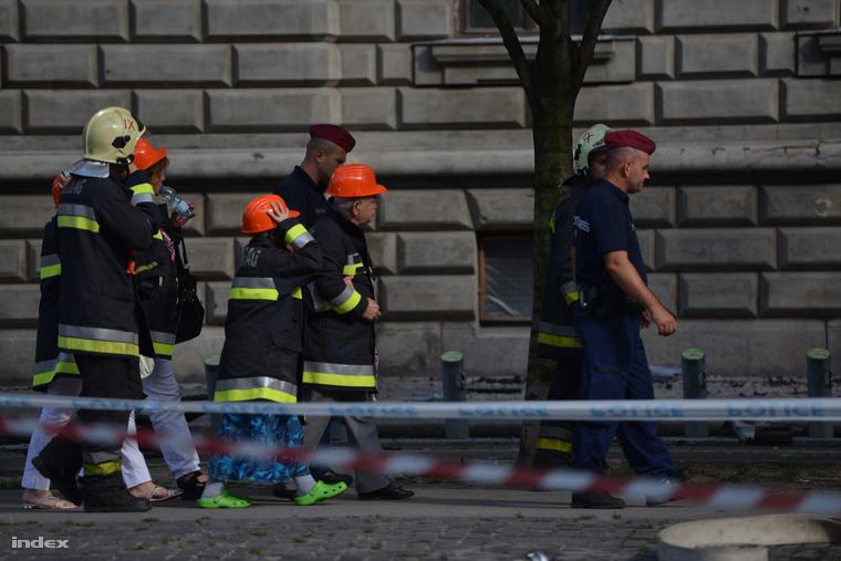 A lakók rendőri kísérettel, csupán 10-15 percre mehettek vissza az életveszélyessé vált épületbe, hogy elhozhassák legszükségesebb dolgaikat.