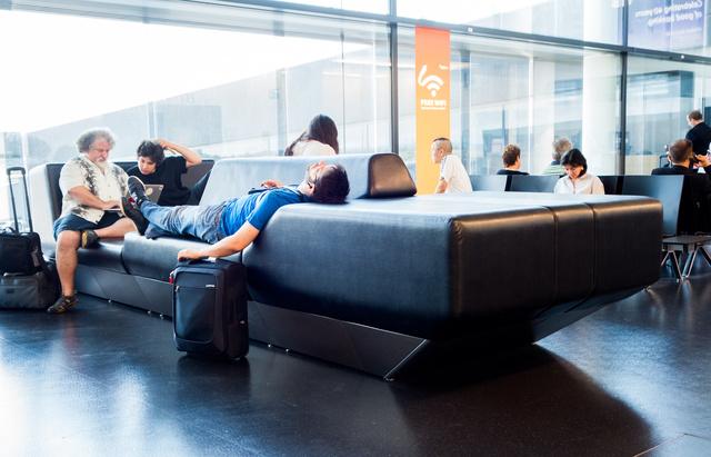Egy apró, de felháborító finomság: a schwechati reptéren még bőrdíványok is vannak