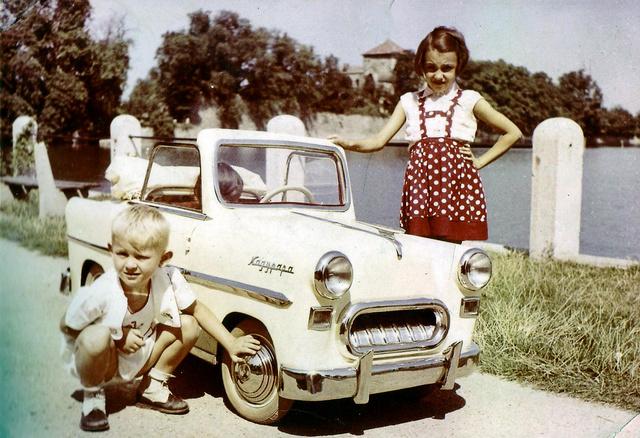A Nagypapa névre keresztelt, 1956-ban készült vajszínű kabriót villanymotor hajtotta