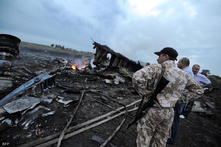 A maláj légitársaság gépének maradványai az orosz-ukrán határ közelében, 2014. július 17-én.