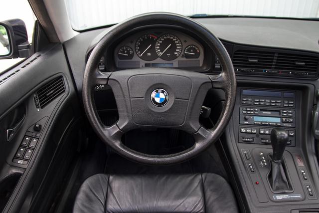 Elég suta itt a hatalmas vájling, a korabeli BMW-kből ismerhetjük