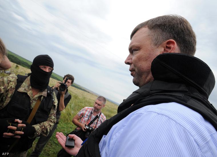 Alexander Hug, az EBESZ-es szakértők vezetője, egy maszkos szeparatistával tárgyal Grabovónál