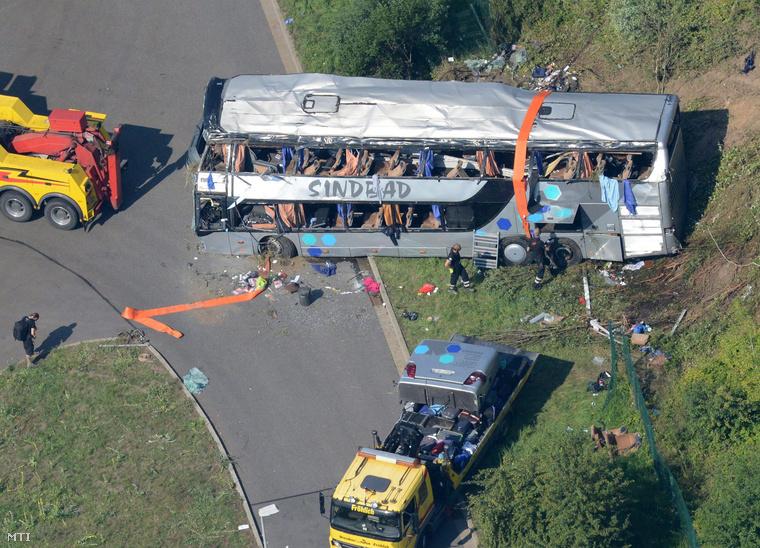 Buszbaleset helyszíne az A4-es autópályán Drezda mellett 2014. július 19-én.