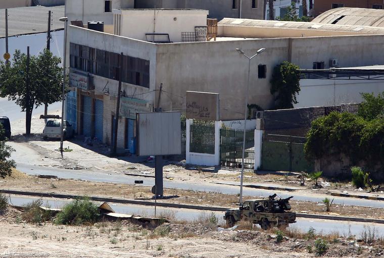 A felkelők egyik felfegyverzett terepjárója tart a reptér felé
