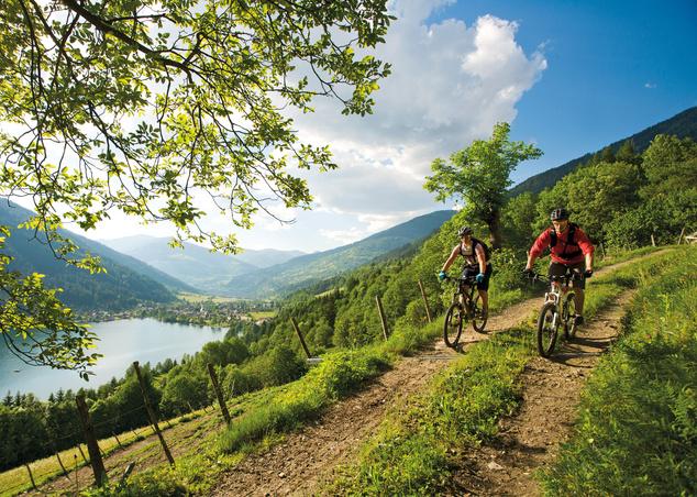 Mountain bikeosok háttérben Feld am Seevel
