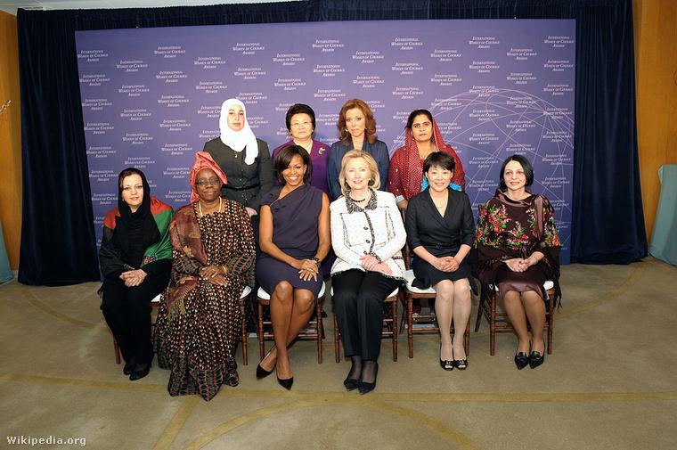 Osztolykán Ágnes (a kép jobbszélén), a Bátor Nők Nemzetközi Díjazottjai körében, az első színes bőrű First Lady, Michelle Obama társaságában 2011-ben
