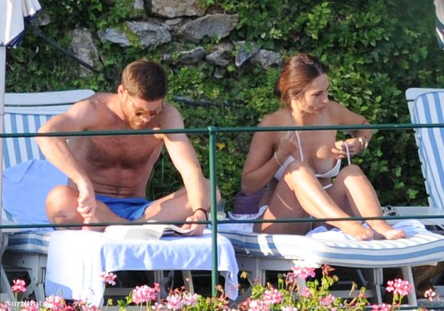 1. A nyolc béna képből az elsőn a feleség éppen a mellét pakolja a bikinibe, míg Alonso egykedvűen olvasgat
