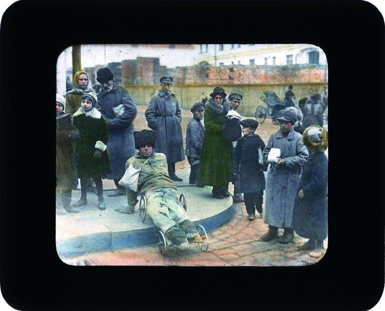 """""""Miután a forradalmi Oroszország a breszt-litovszki békével kilépett az első világháborúból, több évig tartó véres polgárháború vette kezdetét – nyilatkozta Liz Wood, a fotógyűjtemény levéltárosa. – A fenti színezett fotográfia központi alakja egy férfi, aki egy kézikocsi vázát használja kerekesszékként. Ha jobban megnézzük a képet, a lábsérülésén kívül az is feltűnik, hogy legalább az egyik karja szintén nem maradt épen."""""""