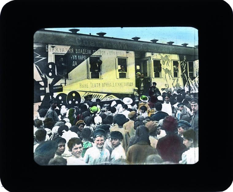"""""""Az agitprop vonatok szállították a forradalom üzenetét az ország távoli tájaira és a polgárháborús frontvonalakra. A bolsevikok minden rendelkezésre álló propagandaeszközt bevetettek: nyomtatott sajtót, röplapokat, gramofonokat és mozigépeket egyaránt."""""""