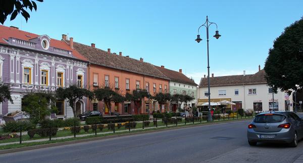 Erre mondják: takaros. A várost III. Béla alapította, a főteret praktikusan Széll Kálmánról nevezték el