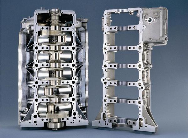 Íme: balra a blokk, jobbra a bedplate, alias csapágylétra (BMW M5 V10)