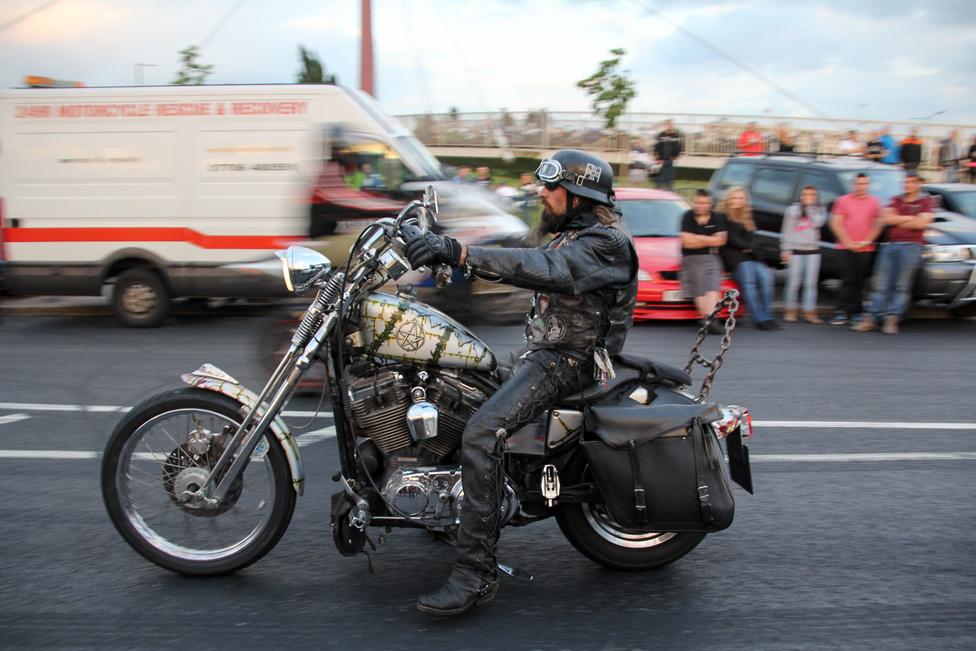 ...igazi oldschool, Harley Sportster alapokra épített chopper, aminek a gazdája talán már az Ace Café korábbi életében is törzsvendég volt itt.