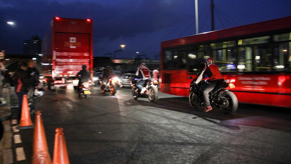 Ezen az úton járnak a Brit Királyi posta dupla magas teherautói, a busz, amik körül füstölő gumival köröznek. De ez nem zavarja a találkozón résztvevőket, és csodával határos módon senki sem sérült meg, bár apróbb ütközések voltak.