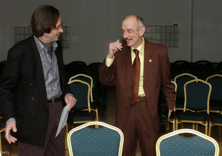 Kerényi Imre a Rövid Emlékezetűek Társaságának elnöke és Szentmihályi Szabó Péter főtitkár a Szerintünk című új műsorról tartott sajtótájékoztatón a Polgárok Házában,2005. január 26-án.