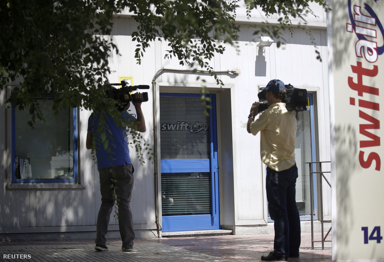 Újságírók a Swiftair madridi irodája előtt, 2014. július 24-én.