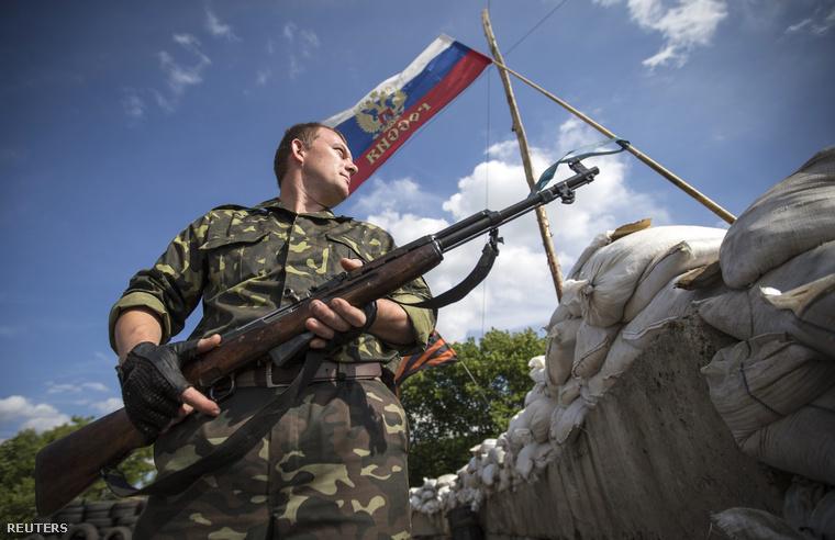 Oroszpárti szeparatista Luhanszkban, egy ellenőrzőponton