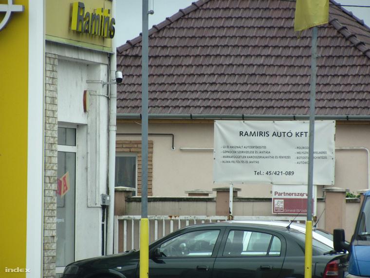 Az épületen nyoma sincs az új beköltöző cégeknek, a hirdetőtábla szerint a Ramiris Autó Kft. végez autójavítást és fényezést