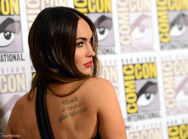 Ez itt Megan Fox háta és a tetoválása.
