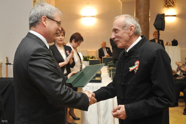 Szentmihályi Szabó Péter 2013-ban vette át a Magyar Érdemrend tisztikeresztjét Fazekas Sándortól