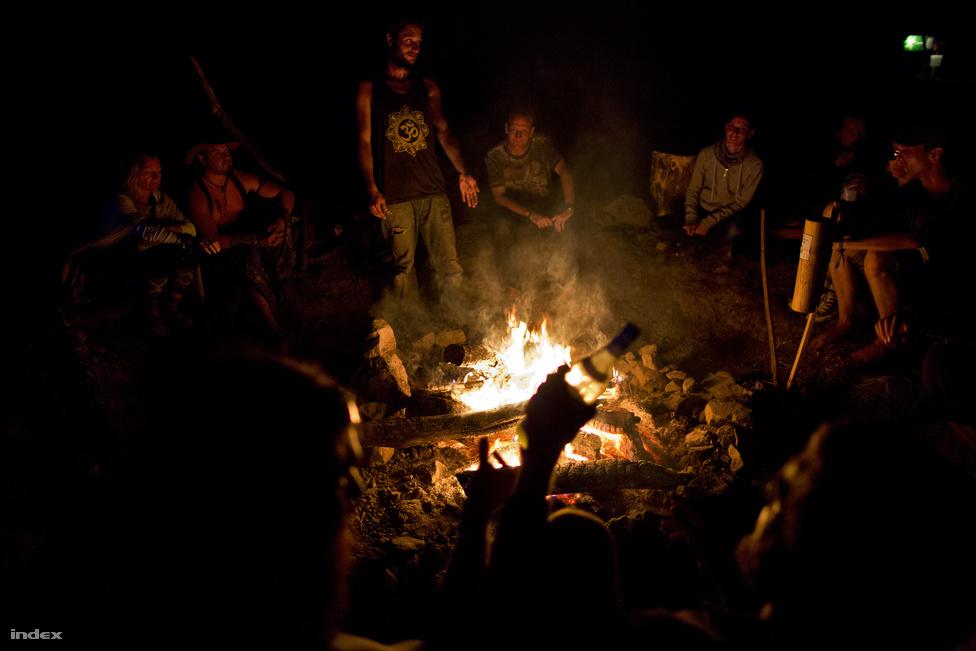 Más fesztiválokon nem nagyon lehet tűzzel találkozni, pedig sokat hozzátesz a közösségi-törzsi élményhez. Ez egy visszafogott darab, pár éve Ozorán gépekkel hozták a méteres farönköket, a lángok pedig akár két-három méterre is felcsaptak.