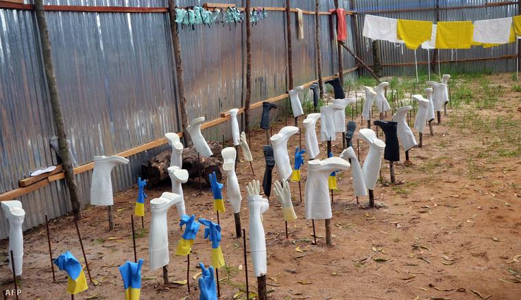 Védőfelszerelések száradnak a fertőtlenítés után egy libériai kórház udvarán, ahol ebolával fertőzött betegeket kezeltek