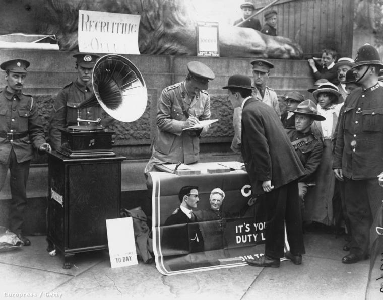 Tóborzás a Trafalgar téren. London 1914.