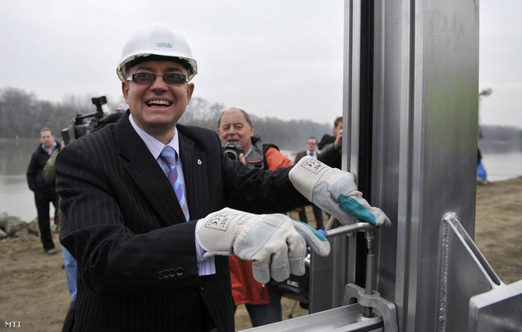 Dietz Ferenc Szentendre polgármestere az épülő mobilgát egyik fémszerkezetének csavarját húzza meg 2013. március 7-én.