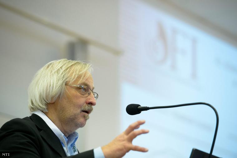 Kaposi József az Oktatáskutató és Fejlesztő Intézet főigazgatója előadást tart a XXXIII. Fiatal Közgazdászok Országos Találkozóján a Károly Róbert Főiskolán Gyöngyösön 2013. március 23-án.