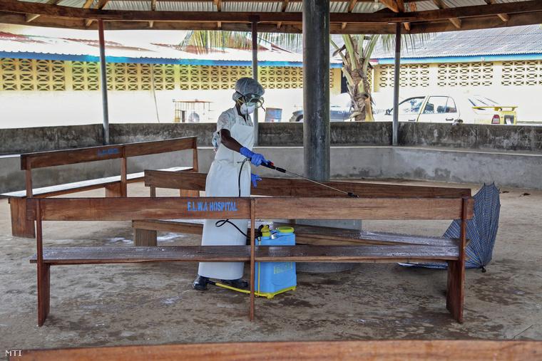 A látogatók fogadására szolgáló részleget fertőtlenítik az ebolavírus által megfertőzötteket gondozó Elwa Kórházban a libériai Monroviában 2014. július 28-án.