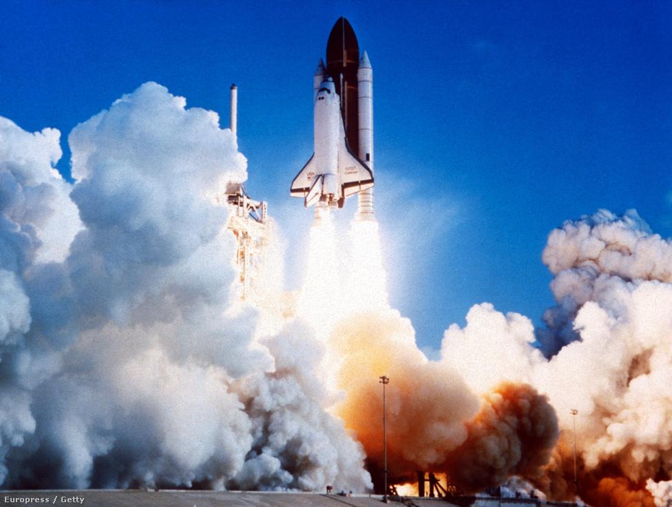 A Challenger űrsikló 1986. január 28-i felrobbanása az űrrepülés egyik legsúlyosabb tragédiája. A repülő a felszállás után mindössze 73 másodpercet töltött a levegőben, mielőtt egy filléres tömítés meghibásodása előidézte volna a robbanást, és a teljes hét fős legénység életét vesztette. A baleset oka annyira triviálisnak tűnt már akkoriban is, hogy adta magát a feltételezés, hogy valami más is volt a háttérben. A konteók ez esetben is elég széles skálán mozognak, környezetvédők szabotázsától egészen a NASAba beépült terrorszervezet akciójáig, és persze az is felmerült, hogy a szovjetek álltak a dolog mögött, amiért aztán meg is kapták (kaptuk) cserébe Csernobilt. A legvadabb elmélet szerint a balesetet maga a kormány idézte elő, mert az utolsó pillanatban jöttek rá, hogy a legénység a fellövés után, élő adásban tervezte kiteregetni mindazt, amit a sokéves szolgálat alatt az USA és a földönkívüliek kapcsolatáról megtudott.                         A Challenger egyébként a NASA egyik legfoglalkoztatottabb járműve volt, működésének szűk három éve alatt kilenc sikeres utat tett meg. A képen egy korábbi, 1983as fellövése látható.