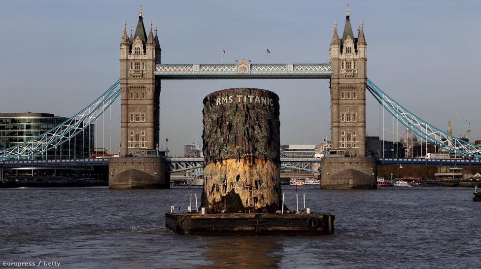 A Titanic a maga 270 méteres hosszával és 28 méteres szélességével kora legnagyobb hajója volt. Első útján, 1914. április 14-én jéghegynek ütközött, és két és fél órával később elsüllyedt, körülbelül 1500 ember halálát okozva. Ahogy az lenni szokott, a konteók rögtön a tragédia után szárnyra kaptak: állítólag a szerencsétlenül járt hajó nem is a Titanic, hanem az Olympic nevű testvérhajója volt, amely egyrészt kevesebbe került, másrészt egy korábbi ütközés miatt alkalmatlanná vált hosszabb utakra, és még csak biztosítást se kötöttek rá – szemben valamivel fiatalabb testvérével. Innen már jól látszik, hogy az indulást megelőző, gyanúsan hosszú javítási munkálatok valójában csak a két hajó kicserélésének fedősztorijaként szolgáltak.                         A képen látható roncsdarab egy 2010-es londoni kiállításra készült másolat. A kérdés, hogy az eredeti Titanic másolata-e, vagy a Titanicként elsüllyesztett hajóé, nyitva marad. Persze Önök már sejtik a választ.