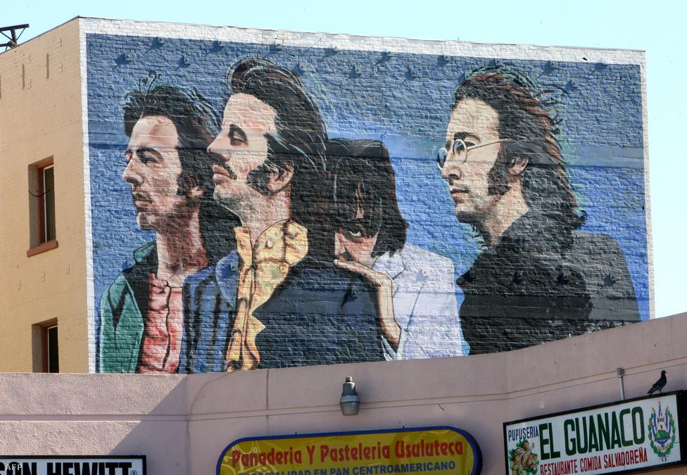 Így fest a Beatles egy anonim Los Angeles-i művész utcai freskóján. A népművészet már a netes mémek előtt is éles szemmel szúrta ki az IGAZSÁG eltitkolására tett kétes kísérleteket. Nem csoda, hogy a bátor alkotó névtelenségbe menekül, hiszen félreérthetlenül ragadja meg a képen a zenetörténet legnagyobb konteóját.                         1966-ban, a Beatles népszerűségének csúcsán Paul McCartney autóbalesetben meghalt, és csak az együttes gyorsan gondolkodó menedzserének köszönhető, hogy egy McCartney-hasonmásverseny győztese rögtön átvette a helyét, lévén a shownak folytatódnia kell. Az éles szemű konteósok eszén egyébként sem olyan könnyű túljárni, de a Beatles amúgy is híres arról, hogy telepakolja szimbólumokkal a borítóit és a számait. Lelkes gyűjtők látható és hallható bizonyítékok sorát gereblyézték már össze, de az 1970-es felbomlás, vagy Paul (?) 1967-es válása sem éppen a gyanú eloszlatását segíti.